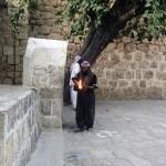 Ein Feraş entzündet im Heiligtum Lalish ein Çira (Pîr Dîma; Lalish)